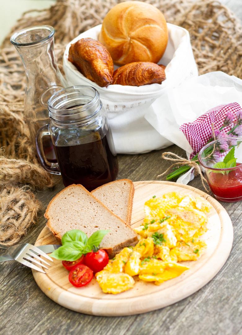 Frühstück mit Eierspeise und frisch gepresstem Saft