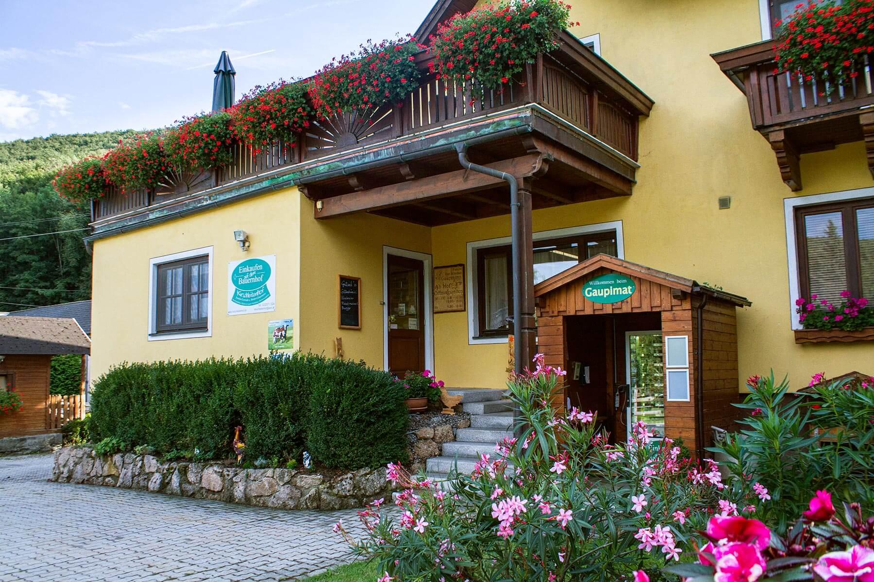 Der Bauernhof Kirschleitenhof in Klausen-Leopoldsdorf von außen mit Gaupimat